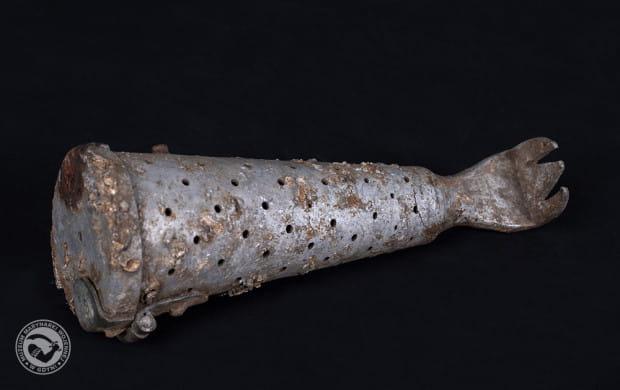 Artefakt związany z higieną wojskową.  Poniemiecka drapaczka z pojemnikiem na zasypkę do tępienia wszy, z okresu II wojny światowej.