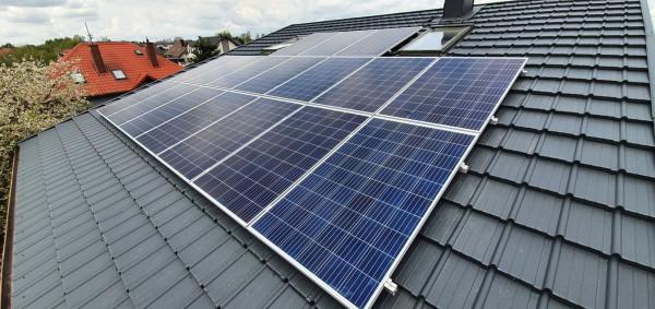 Panele fotowoltaiczne najczęściej są montowane na dachach. Możliwe są także instalacje na ścianach lub na gruncie.