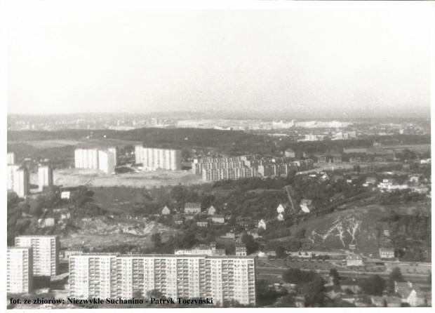 Archiwalne zdjęcie z 1979 roku. Wzgórze nie było wtedy tak gęsto porośnięte jak dziś, ale osypujący się piasek wskazuje, że grunt ponad schronem nie był stabilny.
