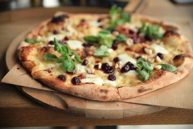 Pizza: wędzony kozi ser, konfitura żurawinowa, orzech laskowy, roszponka.
