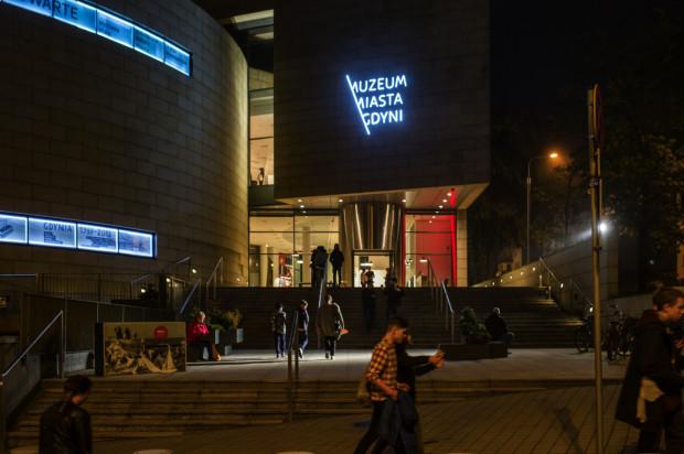 """Aż 91 tys. zł pozyskało Muzeum Miasta Gdyni na wystawę """"Szkło, metal, detal. Gdyński modernizm w sieci""""."""