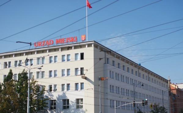 Urząd Miejski w Gdańsku jeszcze wstrzymuje się z pełnym otwarciem.  Powrót urzędników do pracy w normalnym trybie będzie możliwy w ciągu najbliższych tygodni.
