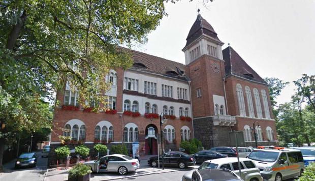 Urząd Miasta Sopotu od poniedziałku likwiduje zmianowość, a co za tym idzie - pracę zdalną. Do biur wraca 260 urzędników.