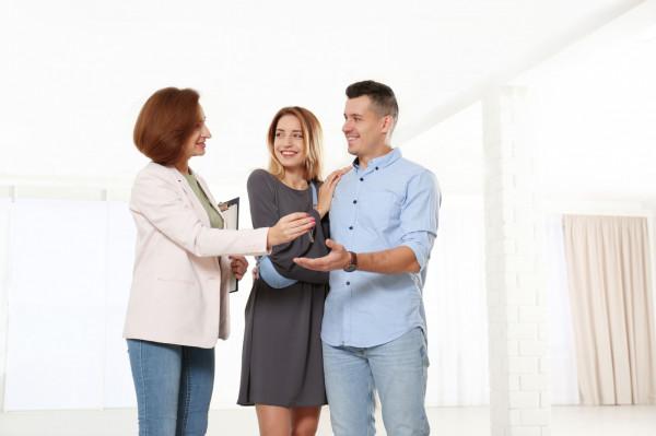 W rodzinie często dochodzi do darowizny nieruchomości pomiędzy członkami rodziny. Jednak, aby było to możliwe, darczyńca musi być jej właścicielem.