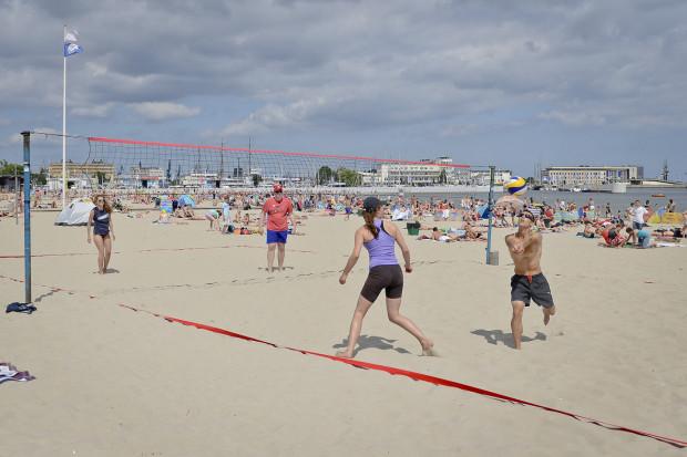 W Gdyni rezerwować można również boiska do gry w siatkówkę plażową.