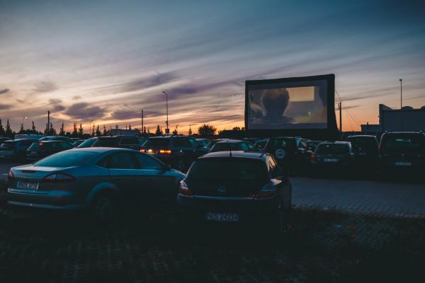 22 maja ruszył sezon na kina samochodowe w Trójmieście. Tutaj zdjęcie z kina na terenie lotniska w Gdańsku.