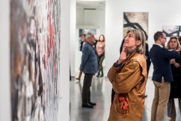 Sztuka współczesna ma swoich miłośników, jak i zagorzałych przeciwników. Wyraża się nie tylko poprzez malarstwo i rzeźbę, ale także instalacje, performance, wizualizacje świetlne i wiele innych.