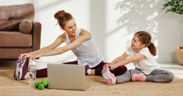 Dzieci często ćwiczą z rodzicami podczas zajęć dodatkowych.