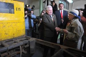 Pani Aleksandra podczas spotkania z Lechem Wałęsą w jego dawnym warsztacie, w którym pracował po ponownym przyjęciu do stoczni.