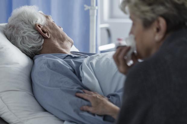 - Uniemożliwienie dokonania ostatniego pożegnania pacjenta z rodziną jest decyzją, którą mogą usprawiedliwić tylko wyjątkowe okoliczności epidemiologiczne, albowiem taka ingerencja ma charakter nieodwracalny i narusza uprawnienia pacjenta - podkreśla rzecznik praw pacjenta.