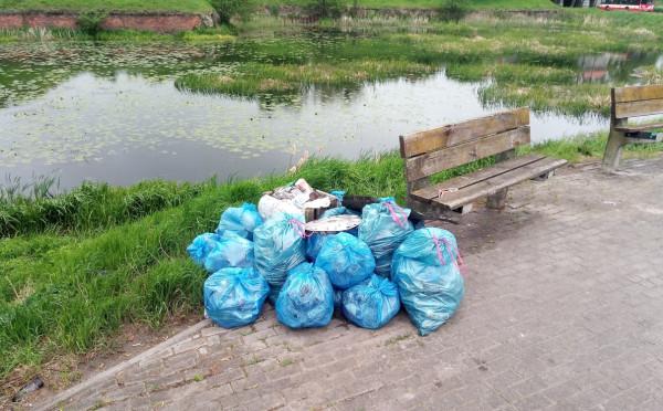 Akcję sprzątania rzek prowadzą w Gdańsku też Wody Polskie. Już wywieziono kilkadziesiąt worków śmieci.