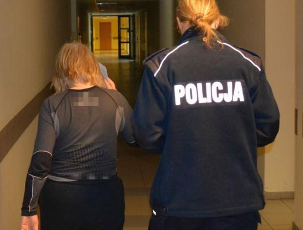 Nie za brak maseczki, ale za naruszenie nietykalności policjantów i znieważenie ich odpowie 61-letnia turystka, którą zatrzymano w poniedziałek.