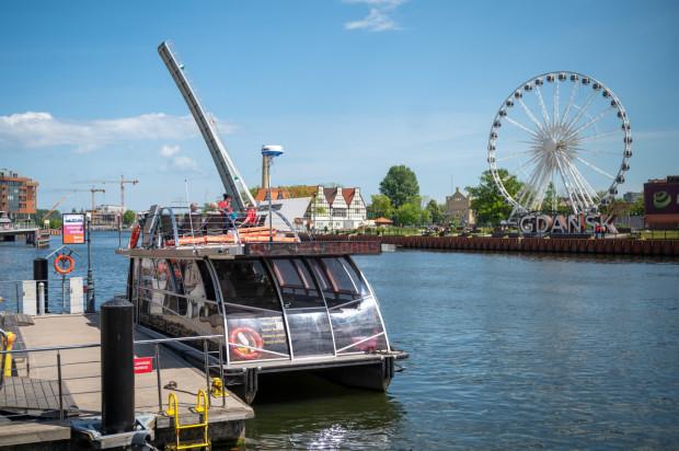 Możliwości podziwiania urody Gdańska z perspektywy Motławy jest wiele. Dostępne są na każdą kieszeń. Firma Holiday Boat Gdańsk oferuje zarówno codzienne rejsy z przewodnikiem na Westerplatte, jak i wynajem jednostek na zamknięte imprezy.