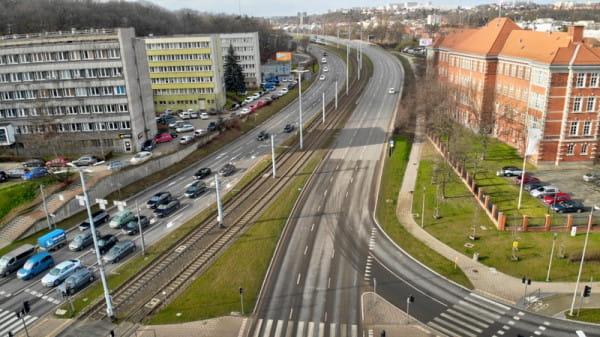 Analiza pokaże, czy trasa rowerowa wzdłuż al. Armii Krajowej powinna powstać na jezdni czy obok niej.