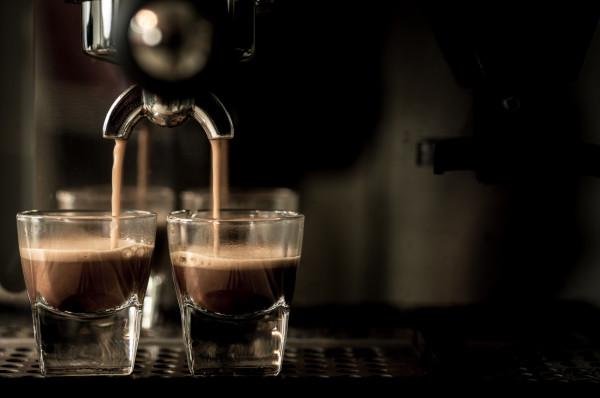Zanim kupimy wymarzony ekspres do kawy, powinniśmy sobie odpowiedzieć na kilka pytań. M.in. jaką kawę lubimy najbardziej? Czy koniecznie musi być z mlekiem, a jeśli tak, to jakim? Czy ważny jest dla nas design, a maszyna ma być ważnym elementem wystroju kuchni?