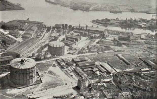 Dwa zbiorniki za gaz leżące na terenie miejskiej gazowni przy ul. Wałowej. Zdjęcie z 1930 r.