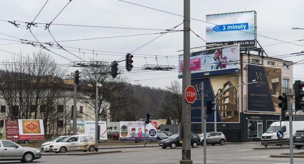 Skrzyżowanie al. Zwycięstwa i Wielkopolskiej. Jedno z miejsc, gdzie w Gdyni dominuje chaos reklamowy.