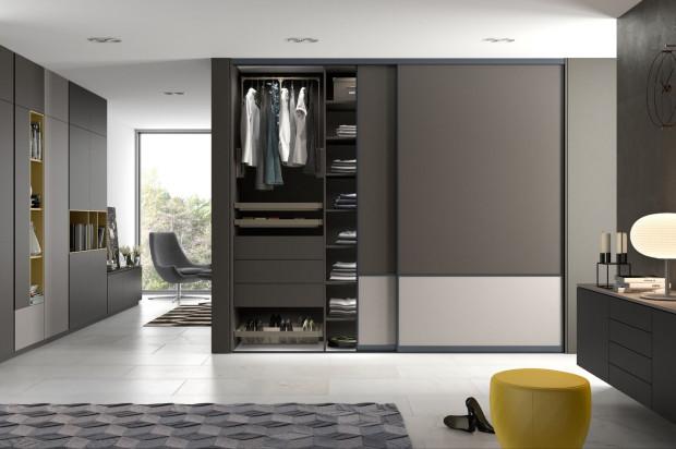 Dzięki meblom na wymiar można efektywnie wykorzystać dostępną przestrzeń. Meblować można od podłogi do sufitu, a także w trudno dostępnych miejscach: pod skosami i w nietypowych rozkładach pomieszczeń.
