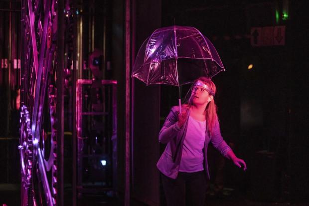 """Podczas prób do """"Wehikułu czasu"""" Opery Bałtyckiej zachowywane są standardy sanitarne. Nawet soliści śpiewają w przyłbicach lub maseczkach."""