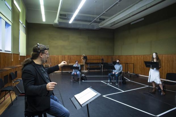 Próby do najbliższej premiery Opery początkowo odbywały się w małych grupach, z zachowaniem dwumetrowego dystansu. Premiera planowana jest na 21 sierpnia.