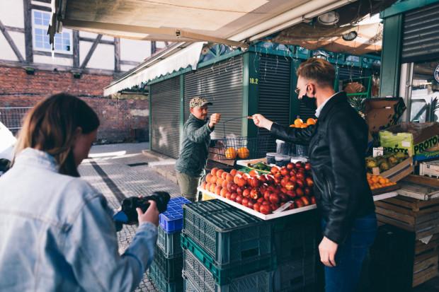 Prace nad tworzeniem filmiku. Na zdjęciu stoisko z warzywami i owocami przy Hali Targowej w Gdańsku.