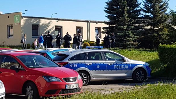 Interwencja policji pod budynkiem spółdzielni.