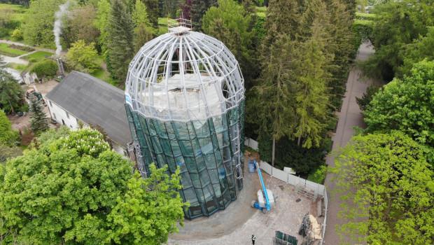 Nowa rotunda palmiarni ma coraz więcej szklanych elementów. Cały obiekt ma zostać przeszklony do sierpnia.