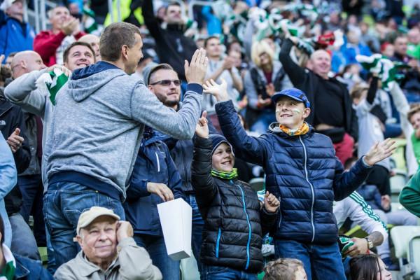 19 czerwca kibice w Polsce wrócą na stadiony, choć przy zachowaniu środków ostrożności. Tak blisko siebie jak na zdjęciu, na pewno nie usiądą.