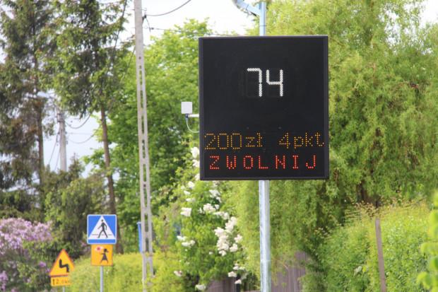 Znaki zmiennej treści w Pruszczu Gdańskim wskazują prędkość oraz wysokość ew. mandatu i liczby punktów karnych, jakie otrzymalibyśmy w razie kontroli przez policję.