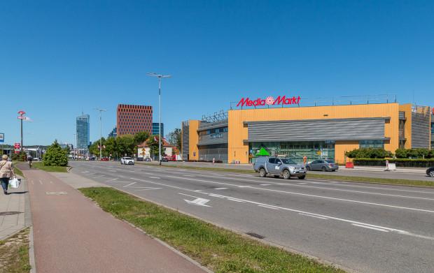 Zgodnie z przyjętym planem biurowce o wysokości do 55 m będą mogły powstać na terenie od centrum handlowego aż po kompleks Alchemia (widoczny za czerwonym biurowcem).