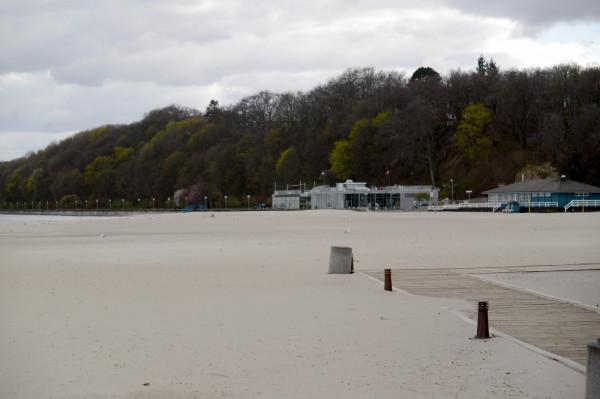 Na plaży w centrum Gdyni znaleziono ciało młodego mężczyzny. Policjanci ustalili jego tożsamość.