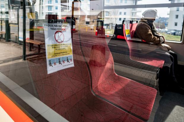 """W komunikacji miejskiej będzie mogło przebywać więcej pasażerów. Zawieszki """"wyłączające"""" siedzenia na razie jednak pozostaną."""