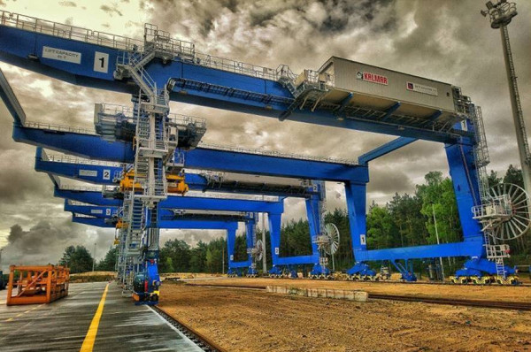 Suwnice RMG mają 47 metrów długości, 20 metrów wysokości, 28 metrów szerokości i przeznaczone są do pracy na szynach.