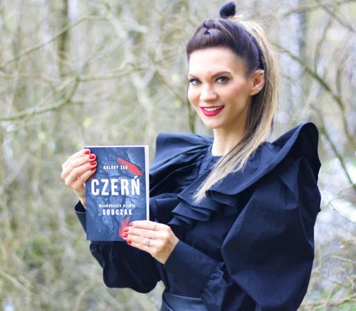 """Małgorzata Oliwia Sobczak, rocznik 1982. Urodzona w Gdańsku pisarka, z wykształcenia kulturoznawczyni i dziennikarka. W Trójmieście spędziła niemal całe życie, obecnie wyemigrowała na kaszubską wieś. W 2019 roku wydała powieść kryminalną pt. """"Czerwień"""", pierwszą część cyklu """"Kolory zła"""". """"Czerń"""" to drugi tytuł tej serii."""