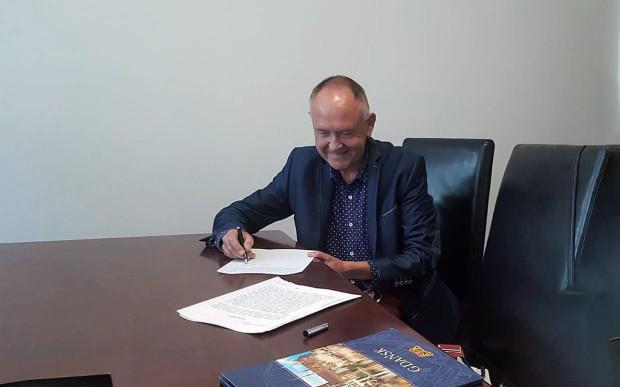"""Dyrektor Marek Więcławek podczas podpisywania aktu notarialnego użyczenia przez miasto Gdańsk na 50 lat kościoła Zielonoświątkowego Zbór """"Radość życia"""" jako sali koncertowej Cappelli Gedanensis."""