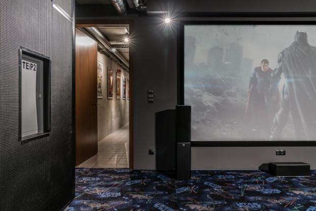 W Studiu Filmowym Panika w Gdyni film można obejrzeć w kameralnym gronie, z rodziną lub znajomymi, bez udziału osób trzecich. W cenie mamy też m.in. zwiedzanie obiektu. Na miejscu można podglądać pracę filmowców, pracujących m.in. przy tworzeniu reklam.