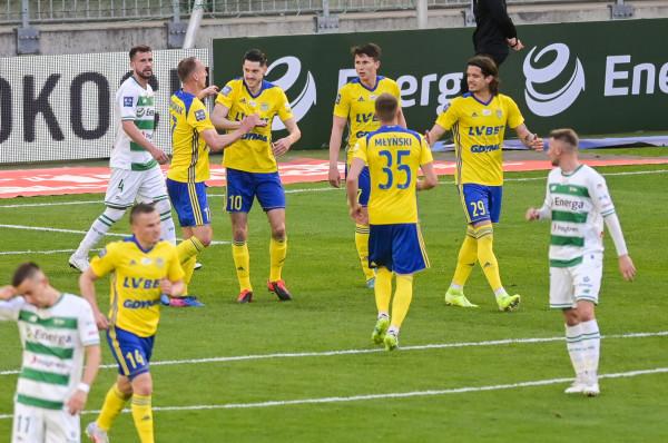Arka Gdynia przegrała derby z Lechią Gdańsk, ale w procesie licencyjnym wypadła lepiej. Najważniejsze jednak, że oba kluby z Trójmiasta otrzymały licencje do gry w ekstraklasie w kolejnym sezonie.