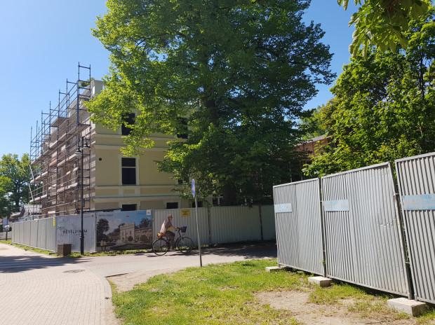 Tuż obok od kilkunastu miesięcy trwają prace przy modernizacji Domu Zdrojowego.