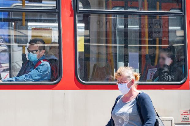 Pasażerowie komunikacji miejskiej mają różne podejście do nakazu noszenia maseczek w pojazdach.
