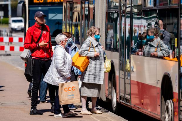 Większość osób, wsiadając do autobusu czy tramwaju, ma na twarzy maseczkę, ale zdarzają się i tacy, którzy jej nie mają.