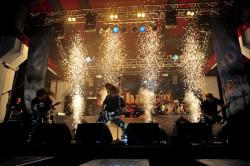 Podczas koncertu kilka razy pojawiały się wybuchy pirotechniczne.