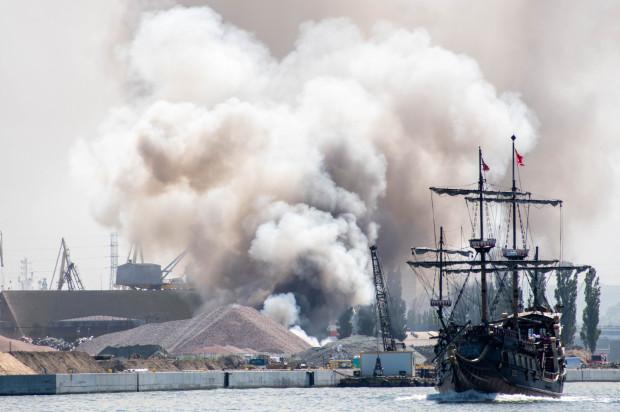 Dym z płonącego złomowiska widoczny był z wielu części Trójmiasta, a nawet z Tczewa. Nasza czytelniczka, pani Anna, uchwyciła pożar z perspektywy Martwej Wisły.