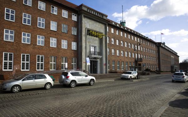 Wśród pracowników Urzędu Marszałkowskiego roznosi się wieść, że będą zwolnienia. Oficjalne decyzje ws. redukcji etatów mają zapaść jesienią.