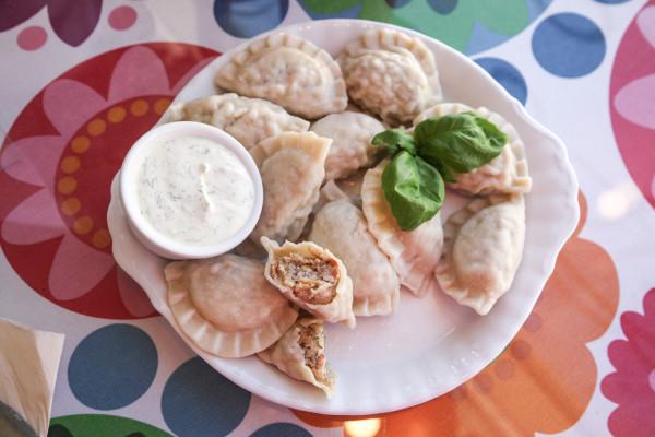 Pierogi gotowane (10 szt.): z pstrągiem i sosem koperkowym