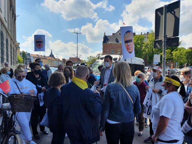 Z mieszkańcami protestującymi pod prokuraturą rozmawiał Piotr Grzelak, wiceprezydent Gdańska.