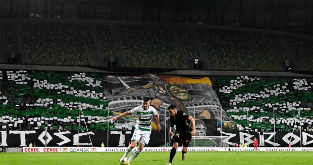 Tak wyglądały trybuny na ostatnim meczu Lechia Gdańsk - Górnik Zabrze. Przy piłce Karol Fila, którego uraz z derbów nie okazał się groźny.