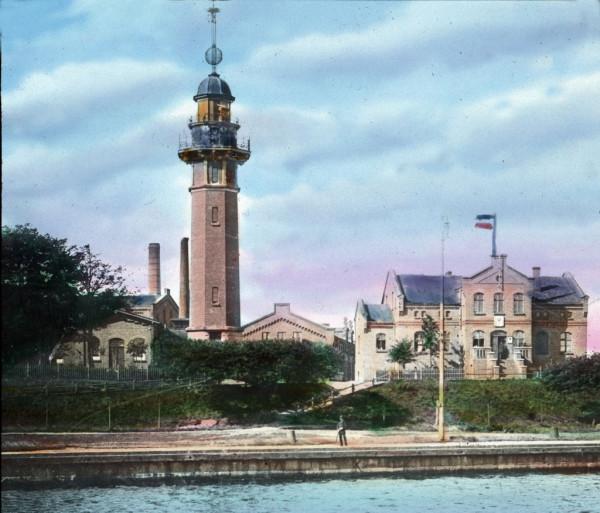 Budynek stacji pilotów portowych (jeszcze bez wieży) obok latarni morskiej. 1897 rok.