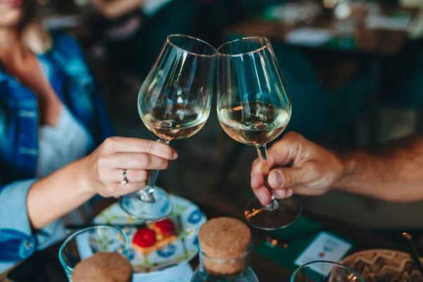 Białe pijemy tylko do ryb? Sommelierzy rozprawiają się z mitami na temat wina.