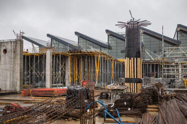 Trwa rozbudowa terminala pasażerskiego T2 o pirs. W piątek wmurowany został kamień węgielny.