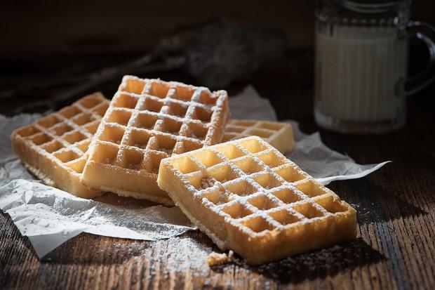 Ten przysmak najchętniej podawany jest ze słodkimi dodatkami takimi jak: cukier puder, owoce czy bita śmietana. Coraz częściej jest także serwowany w wersji wytrawnej ze słonymi produktami, mięsem czy warzywami.